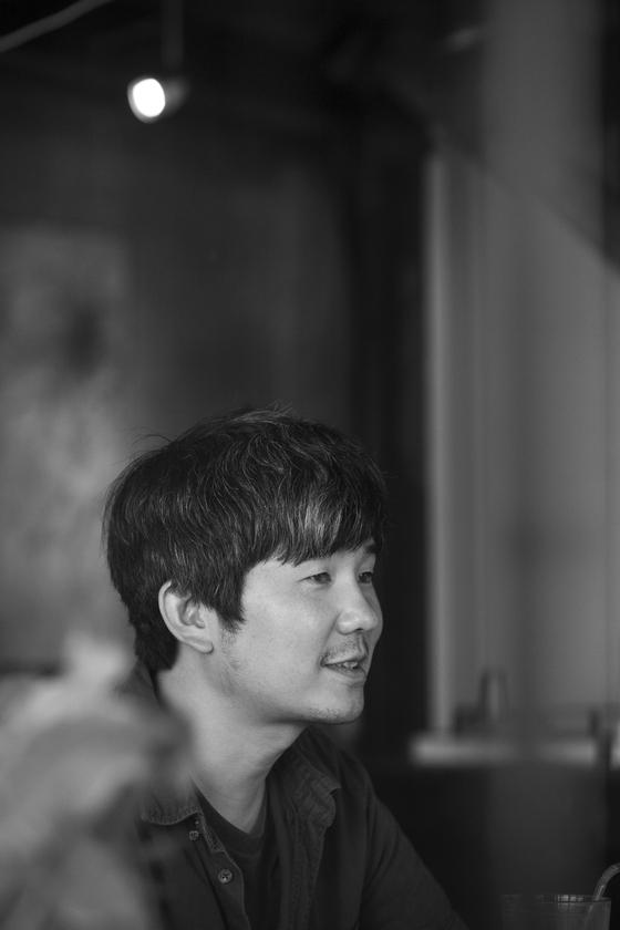 10일 막 올린 연극 '빈 집'으로 처음 연극 연출에 도전한 김종관 감독을 2일 보안여관에서 만났다. [사진 보안여관]