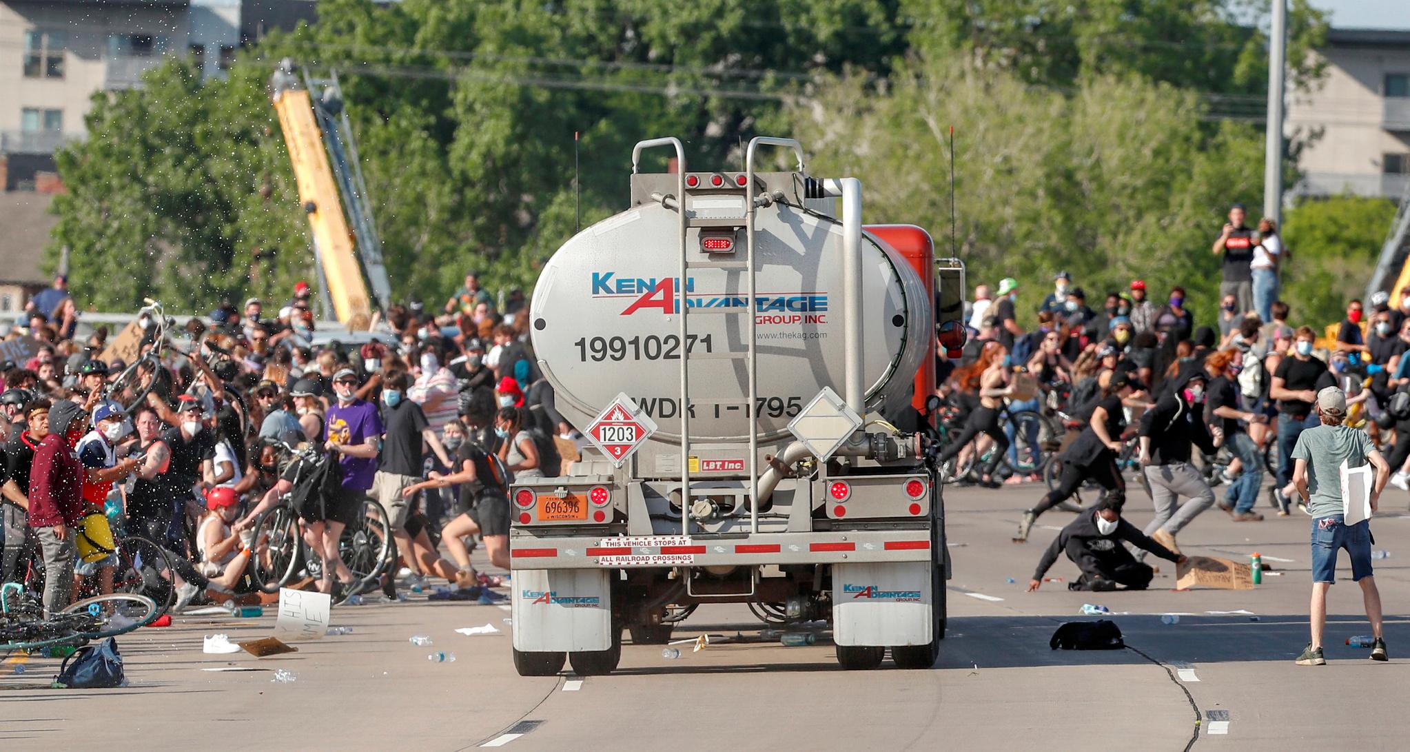 대형 유조트럭이 지난 달 31일(현지시간) 미국 미니애폴리스의 서부 35번 주간 고속도로에서 수천 명이 모여 있는 시위대를 향해 돌진하고 있다.[로이터=연합뉴스]