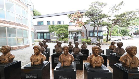 경기도 광주시 나눔의 집에 돌아가신 위안부 피해 할머니들의 흉상이 세워져 있다. 연합뉴스