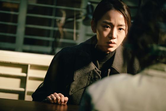 영화 '결백'으로 첫 스크린 주연에 도전한 배우 신혜선. 살인 용의자로 몰린 치매 노모(배종옥)의 변호를 맡은 딸로 변신했다. [사진 키다리이엔티]