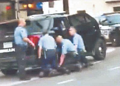 지난달 25일 미국 미네소타주 미니애폴리스에서 당시 경찰이 조지 플로이드를 무릎으로 눌러 제압하고 있다. [로이터=연합뉴스]