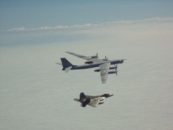 10일 알래스카 상공에서 러시아 Tu-95에 미 F-22가 근접 차단 비행을 펼치고 있다. [NORAD]