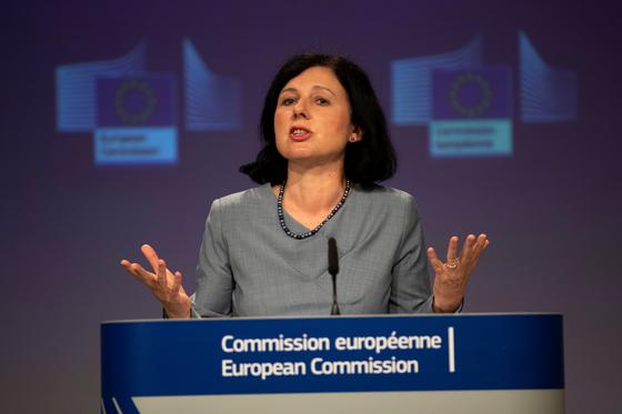 베라 주로바 EU 집행위원회 부위원장이 10일(현지시간) 벨기에 브뤼셀에서 온라인 브리핑을 하고 있다.[로이터=연합뉴스]