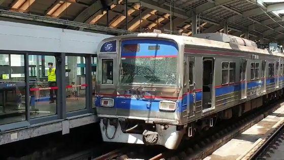 11일 오전 지하철 4호선 상계역에서 열차추돌 사고가 일어나 서울교통공사와 한국철도공사 관계자들이 복구작업에 나섰다. [독자 제공]