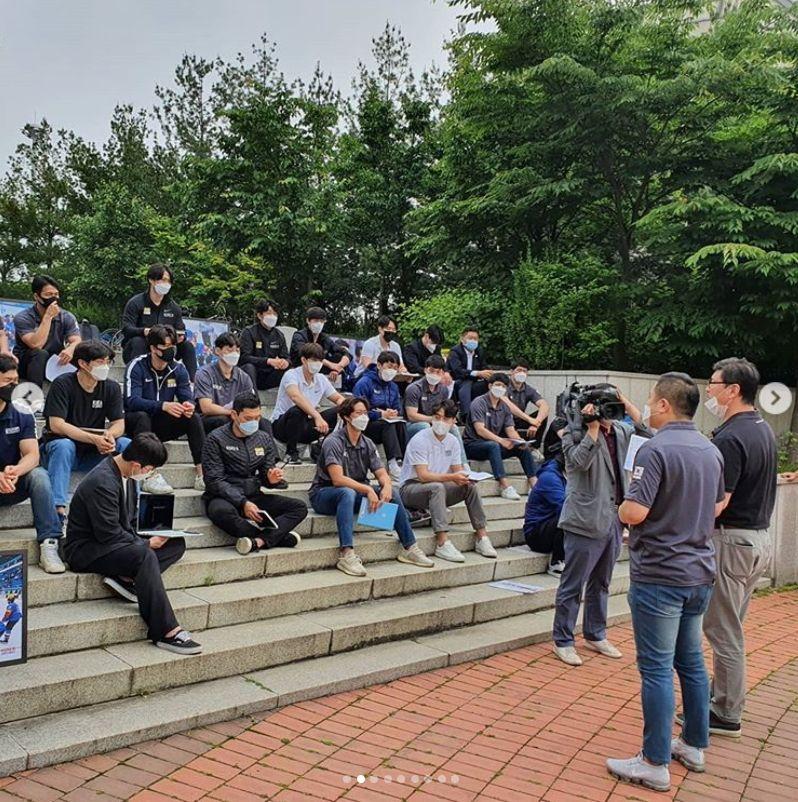 지난달 25일 서울 올림픽 공원에서 만난 백지선 감독과 대표선수들. [사진 대한아이스하키협회]