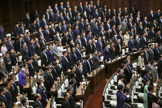 지난 3월 12일 열린 일본 중의원 본회의에 참석한 의원들이 기립하고 있다. [AP=연합뉴스]