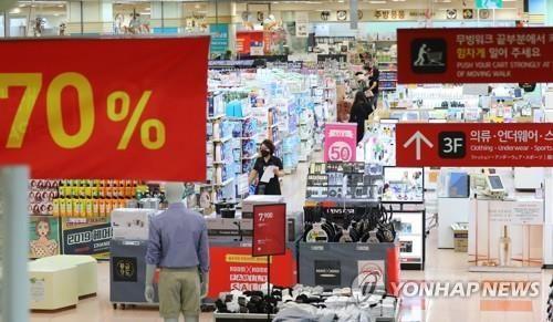 서울 시내 한 대형마트에서 시민들이 장을 보고 있다. 연합뉴스