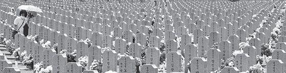 국립대전현충원에서 현충일을 이틀 앞둔 지난 4일 유가족이 참배하고 있다. [연합뉴스]