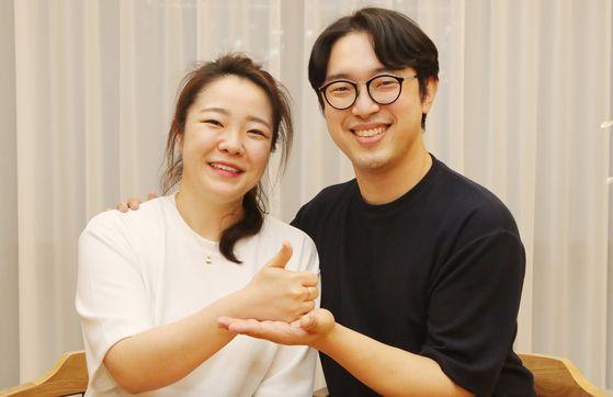 코로나19 완치 판정을 받은 김지선(왼쪽) ·김창연 예비 부부가 9일 부산 부산진구 한 카페에서 혈장 기증에 대한 소신을 밝히고 있다. 송봉근 기자