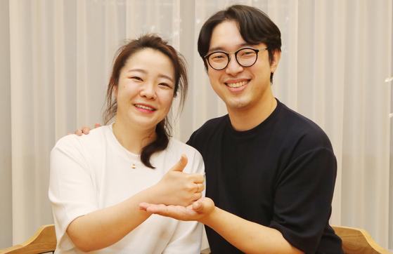 코로나19 완치 판정을 받은 김지선(왼쪽)·김창연 예비부부가 지난 9일 부산시 한 카페에서 혈장 기증에 대한 소신을 밝히고 있다. 송봉근 기자