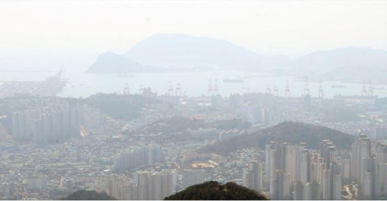 2018년 4월 2일 황령산에서 본 부산항 일대. 미세먼지 등으로 공기가 뿌옇다. 송봉근 기자