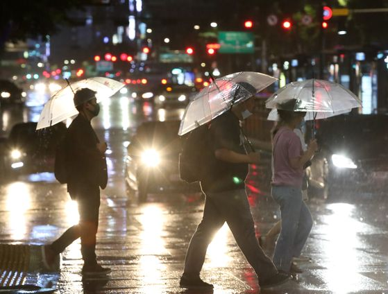 전국에 대부분 지방에 비가 예보된 10일 오후 서울 광화문 네거리에서 우산을 든 시민들이 퇴근길 발걸음을 재촉하고 있다. 뉴시스