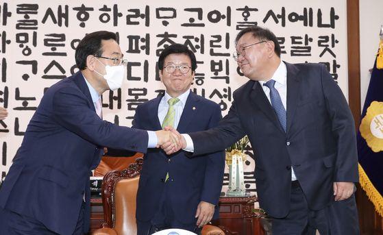 김태년 민주당 원내대표(오른쪽)와 주호영 통합당 원내대표가 11일 오전 국회의장실에서 열린 여야 원내대표 회동에서 인사하고 있다. 가운데는 박병석 국회의장. 임현동 기자