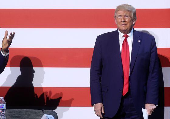 도널드 트럼프 미국 대통령이 11일 미국 텍사스주 댈러스에 있는 게이트웨이처치 댈러스 캠퍼스에서 열린 종교계, 법집행인, 중소기업계 인사들과의 원탁토론회에 참석해 박수를 받고 있다. 로이터=연합뉴스
