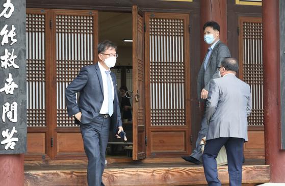 2일 오후 서울 광진구 영화사에서 열린 나눔의집 이사회를 마치고 참석한 이사들이 나오고 있다. 연합뉴스