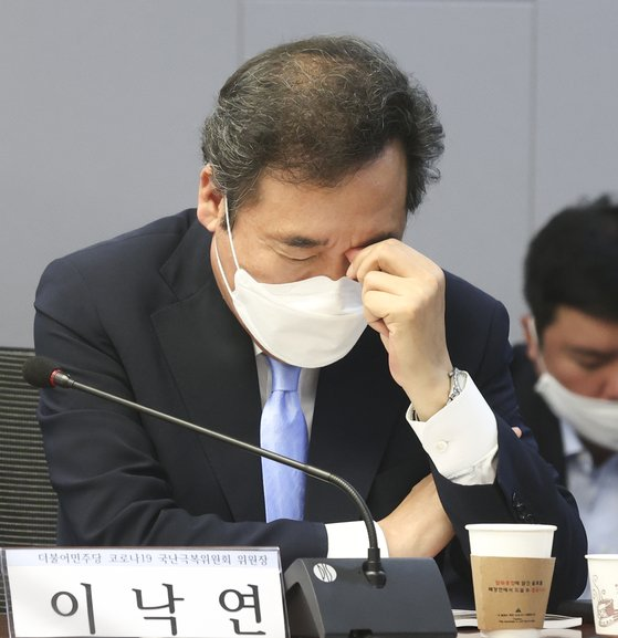 이낙연 민주당 의원이 지난 달 국회에서 열린 한 토론회에서 생각에 잠겨있다. 임현동 기자