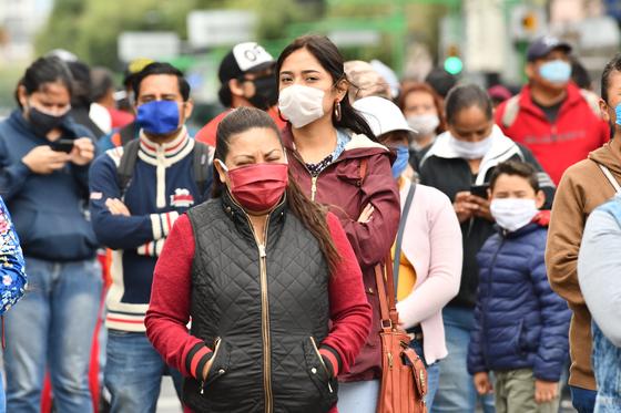 11일(현지시간) 멕시코 멕시코시티의 상인들이 신종 코로나바이러스 감염증(코로나19) 확산이 장기화됨에 따라 정부의 재정 지원을 요구하는 시위를 하고 있다.[EPA=연합뉴스]