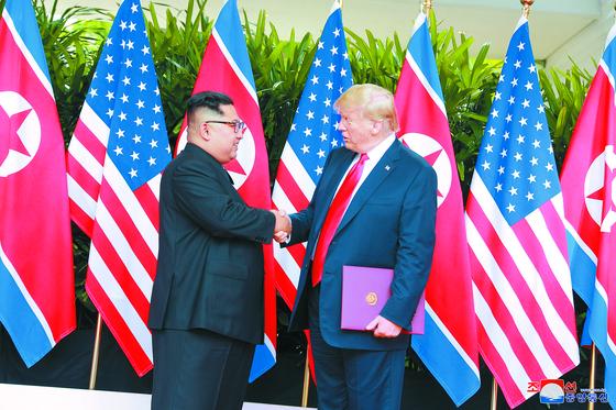 2018년 6월 12일 북한 김정은 국무위원장과 미국 도널드 트럼프 대통령이 싱가포르의 센토사섬에서 악수를 하고 있다. 역사적인 첫 북미정상회담이었다. [연합뉴스]