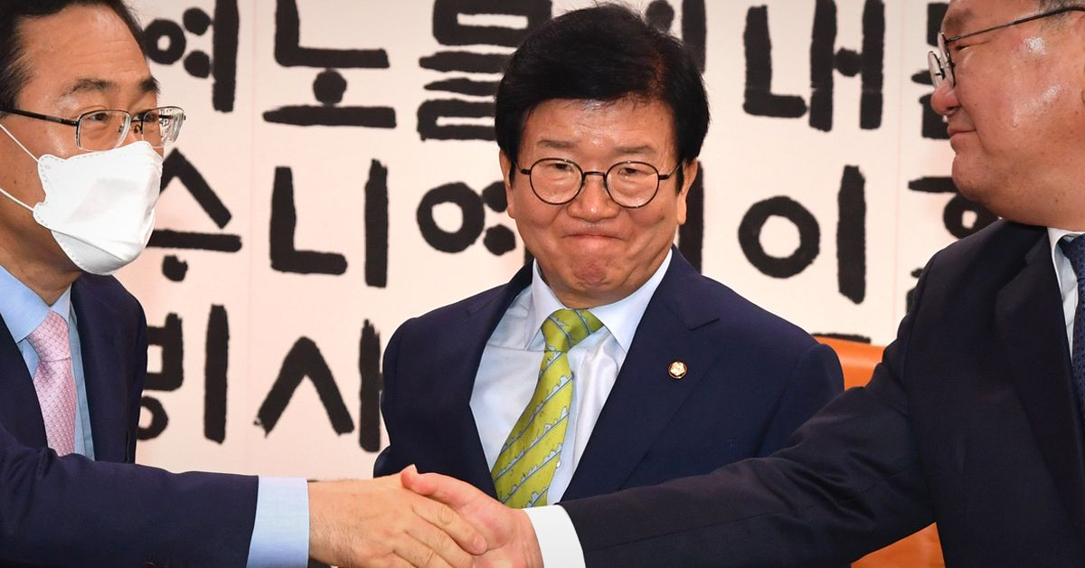 김태년 민주당 원내대표(오른쪽)와 주호영 통합당 원내대표가 11일 오전 서울 여의도 국회 국회의장실에서 만난 가운데 박병석 국회의장이 입을 굳게 다물고 있다. 중앙포토