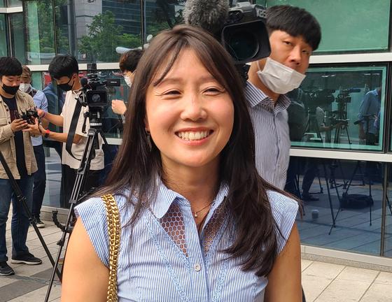 해외 입양인 중 최초로 국내 법원에 친생자 인지 소송을 내 승소한 강미숙(카라 보스)씨가 12일 서울가정법원 앞에서 기자들과 만나 소감을 말하고 있다. 연합뉴스