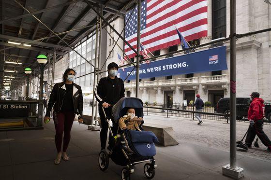 미국의 한 가족이 11일(현지시간) 마스크를 쓰고 뉴욕의 증권거래소 앞을 지나가고 있다. AP=연합뉴스