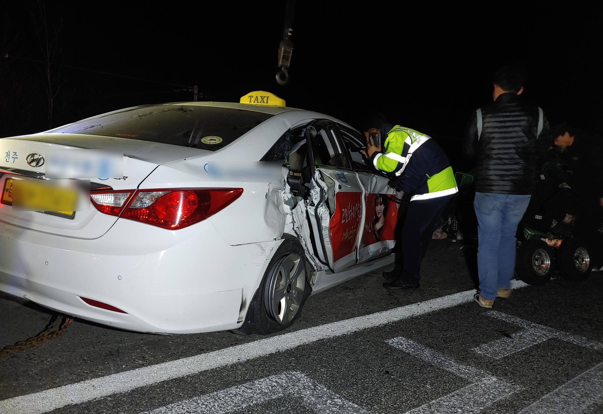 충남 논산시 벌곡면 호남고속도로 상행선에서 택시와 3.5톤 트럭이 충돌하는 사고가 발생해 경찰이 현장을 수습하고 있다. 연합뉴스