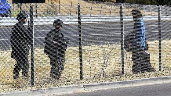 11일(현지시간) 미국 캘리포니아주에서 경찰이 파소 로블레스 경찰국을 습격한 범인을 추격하던 도중 탐문을 진행하고 있다. AP=연합뉴스