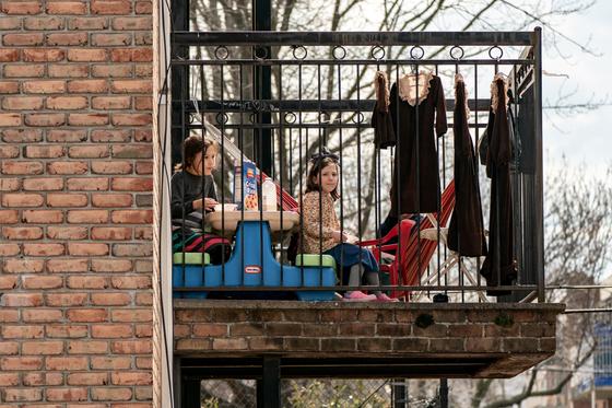 지난 4월 미국 뉴욕에 코로나19 확산을 막기 위한 봉쇄령이 내려지자 학교에 가지 못한 아이들이 집 발코니에서 식사를 하고있다. [로이터=연합뉴스]