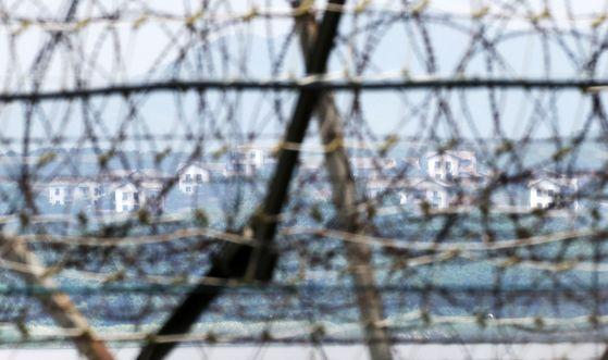 11일 경기도 파주 임진강 철책선 너머로 북한 황해북도 개풍군 일대 건물이 한적한 모습을 보이고 있다. 뉴시스