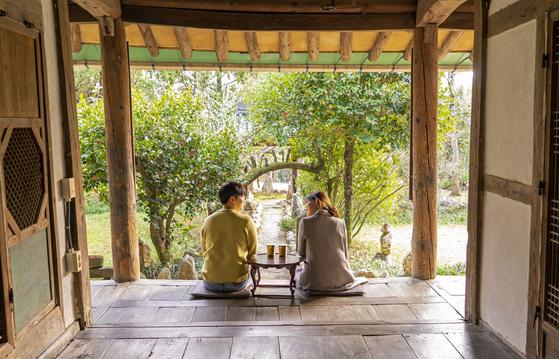 전남 구례의 200년 고택 '쌍산재'. 땡볕이 닿지 않는 툇마루에 앉아 느긋하게 차 한잔 즐길 수 있는 곳이다. 백종현 기자