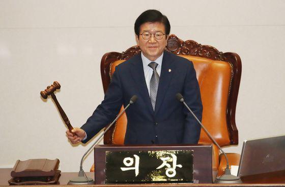 박병석 국회의장이 12일 서울 여의도 국회에서 열린 본회의에서 개의를 선언하고 있다. 뉴시스