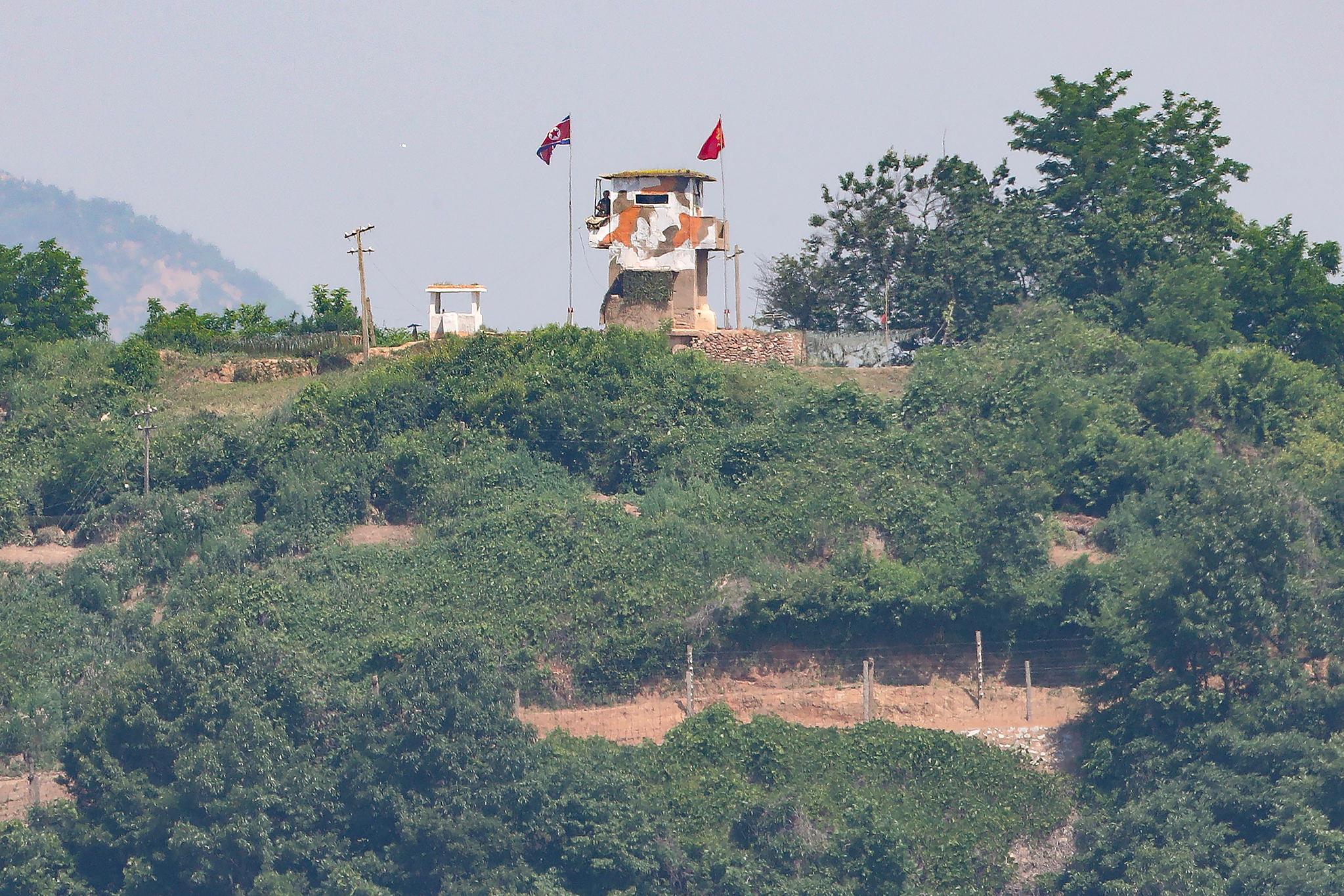 북한이 남북 간 모든 통신연락 채널을 완전히 폐기한다고 밝힌 9일 경기도 파주시 접경지역에서 바라본 북한 초소에서 북한군이 남측을 바라보고 있다. 연합뉴스