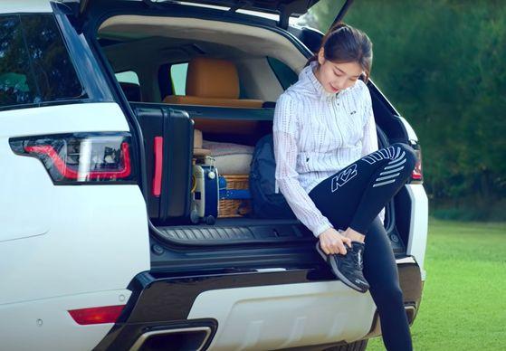 가수 수지가 랜드로버 레인지로버 스포트 트렁크에서 K2코리아의 등산화를 착용하고 있다. 사진 K2코리아