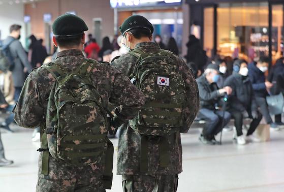 서울역에서 열차 이용을 위해 이동하는 군인들 모습. 본문과는 관계 없음. 연합뉴스