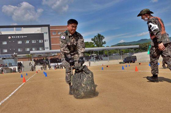 전장순환운동에 참가한 신희현 육군 36사단장이 의류대를 끌고 있다. [영상캡처=공성룡 기자]