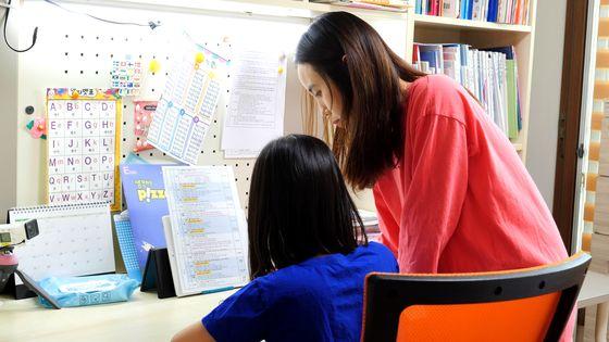 김진희씨가 집에서 자녀와 시간을 보내고 있다. 왕준열 기자