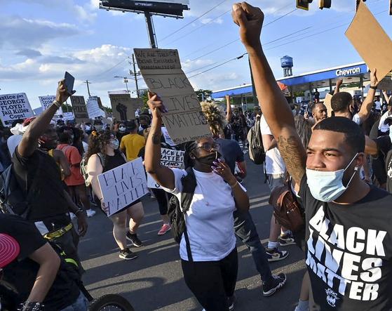 13일(현지시간) 미국 조지아주 애틀란타에서는 흑인 남성 레이샤브 브룩스를 추모하고 경찰을 규탄하는 집회가 열렸다. AP=연합뉴스