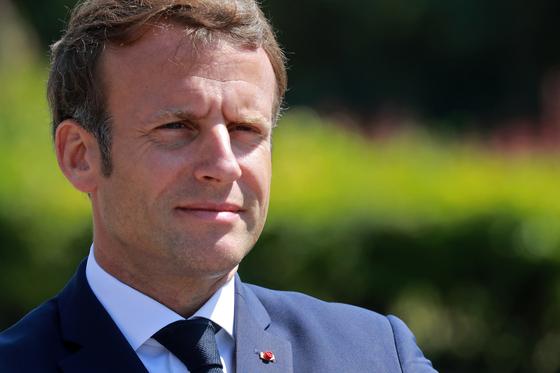 """에마뉘엘 마크롱 프랑스 대통령. 그는 최근 잭 도시 트위터 CEO와의 전화 통화에서 """"회사를 프랑스로 옮기면 환영하겠다""""는 농담을 건넸다고 외신은 전했다. [로이터=연합뉴스]"""