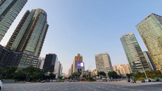 서울 공덕오거리, 이 빌딩 숲 한가운데(전광판 아래) 공원으로 40년간 묶여 있는 땅이 있다. 다음달 1일부터 시행되는 도시공원 일몰제에 따라 해제될 줄 알았지만, 서울시는 이 땅을 다시 묶었다.