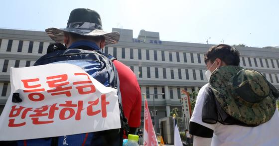 경북지역 5개 대학 총학생회장단이 10일 세종시 교육부 앞에서 코로나19로 인한 등록금 반환을 촉구하고 있다.뉴스1