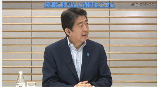 아베 신조 일본 총리가 14일 저녁 6시부터 1시간 가량 진행된 인터넷 생방송에 출연해 네티즌의 질문에 답하고 있다. [니코니코 화면 캡처]