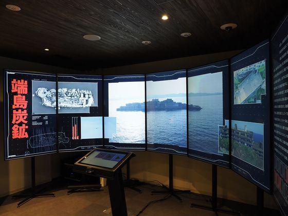 일본 정부가 도쿄도 총무성 제2청사 별관에 마련한 산업유산정보센터 내에 군함도 시설들을 설명하는 화면들. [사진 산업유산정보센터]