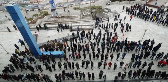 지난 3월 3일 마스크 공적 판매처인 서울역에서 시민들이 마스크를 사기 위해 길게 줄지어 서 있다. 연합뉴스