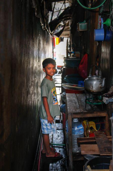여섯 가족 중부모를 포함하여 듣고 말하고 수화까지 할 수 있는 사람은 아홉 살 꼬마 앨빈뿐이다. 앨빈의 집으로 가는길은 이렇듯 좁고 축축했다. [사진 허호]