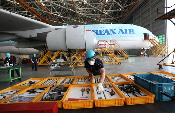 인천 중구 운서동 대한항공 정비 격납고에서 정비사들이 A-380 항공기가 언제든 운항에 투입될 수 있도록 정비하고 있다. 연합뉴스
