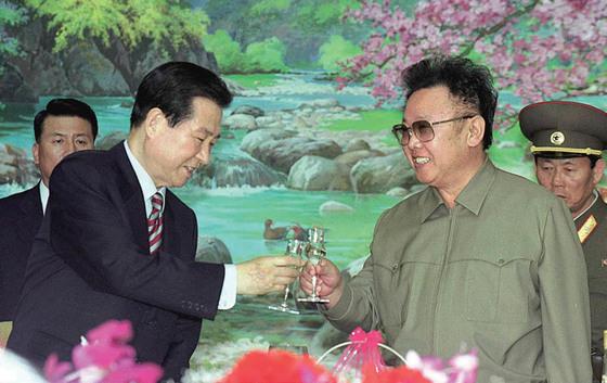 2000년 6월 평양에서열린 첫 남북정상회담에서 만난김대중 대통령과김정일 위원장.
