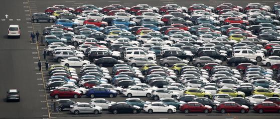 지난 1일 현대자동차 울산공장 야적장에 수출을 앞둔 완성차들이 대기하고 있다. 뉴스1