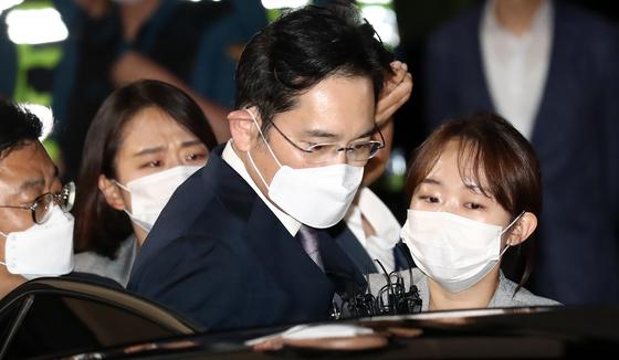 지난 9일 법원에서 구속영장이 기각된 직후, 이재용 삼성전자 부회장이 경기 의왕시 서울구치소를 나서고 있다. [뉴시스]