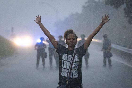 한 흑인이 13일(현지시간) 미국 애틀랜타에서 경찰의 총에 맞아 사망한 흑인 청년 레이샤드 브룩스의 죽음에 항의하는 시위를 하고 있다. [EPA=연합뉴스]