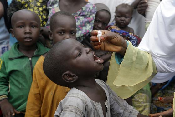 2016년 8월 28일 나이지리아에서 한 어린이가 경구용 소아마비(폴리오) 백신을 처방받고 있다. [AP=연합뉴스]